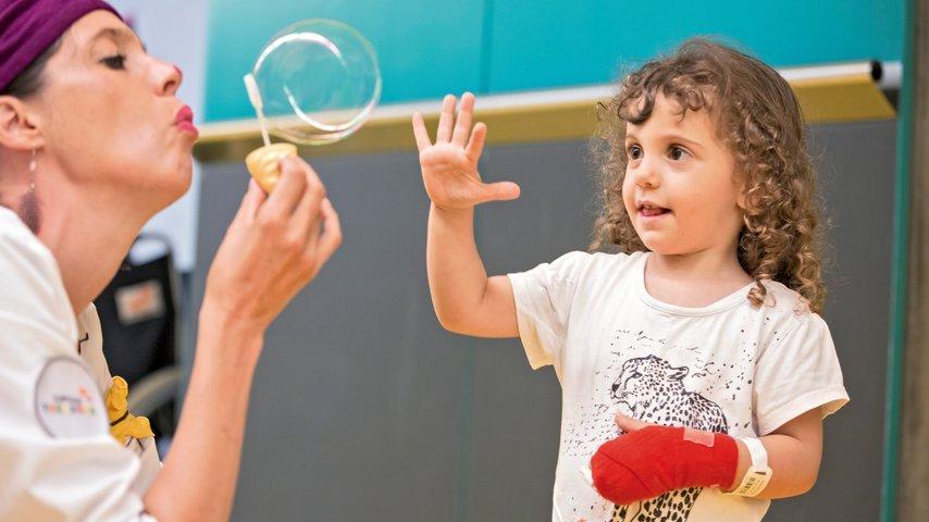 Wie die Stiftung Theodora den Kindern im Spital Lachen schenkt