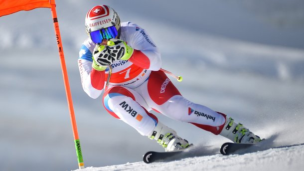 Le champion Beat Feuz met son casque en jeu