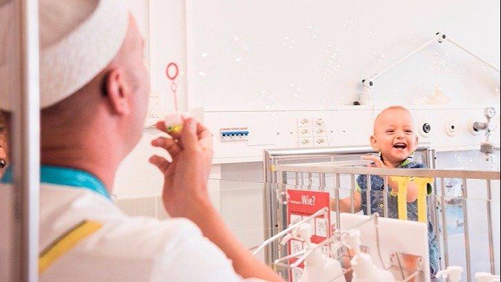 Comme la Fond. Théodora offre un sourire aux enfants à l'hôpital