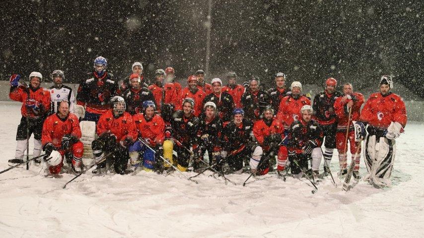 Neue Hockeybanden fürs Eisfeld Surava / Graubünden